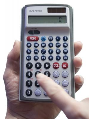 Taschenrechner in der Hand